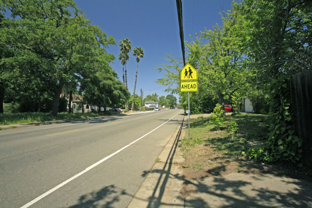 Mariposa Avenue currently lacks sidewalks